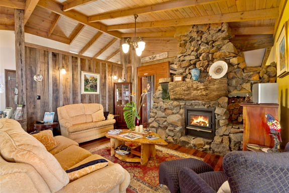 guest-lounge-tamborine-mountain-bed-and-breakfast
